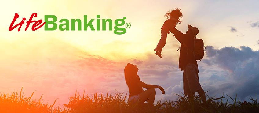 Logo de Life Banking en una foto con una familia en la naturaleza