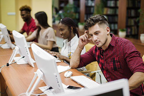 Foto de jóvenes utilizando computadoras